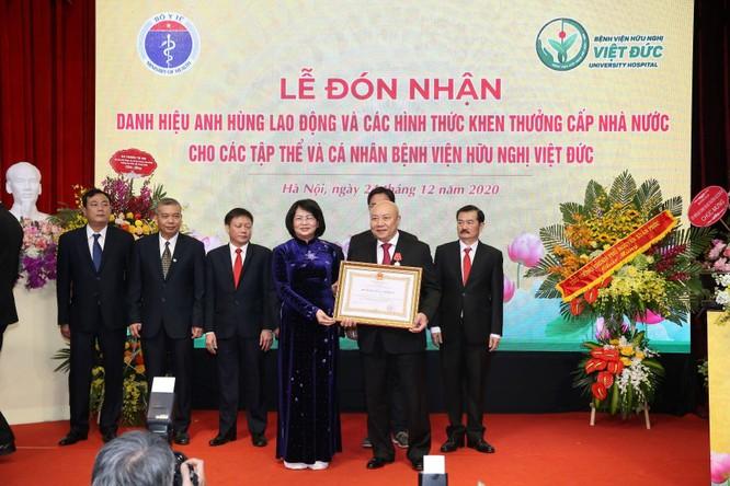 Giám đốc Bệnh viện Việt Đức nhận danh hiệu Anh hùng Lao động vì những cống hiến cho ngành y tế ảnh 6