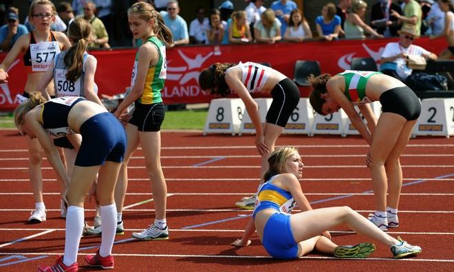 Chơi thể thao hoặc thi đấu dưới trời nắng sẽ làm tăng nguy cơ sốc nhiệt