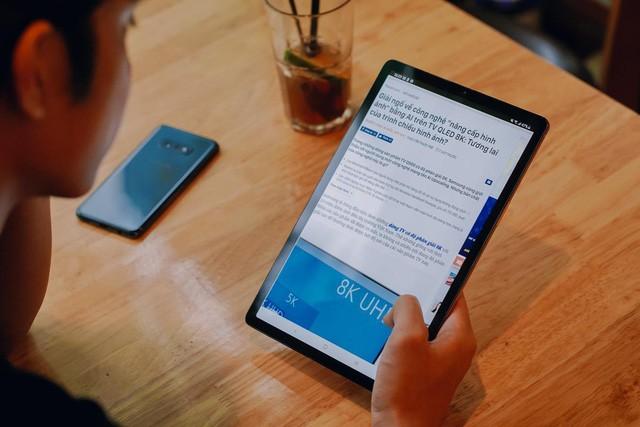 Galaxy Tab S5e cực kì mỏng nhẹ, mang theo bên mình dễ dàng và dùng một tay thoải mái không gây mỏi.