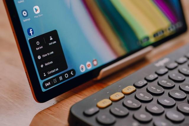 Giao diện Samsung DeX cho phép Tab S5e hoạt động y như một chiếc máy tính mini, vô cùng tiện lợi, đa năng.