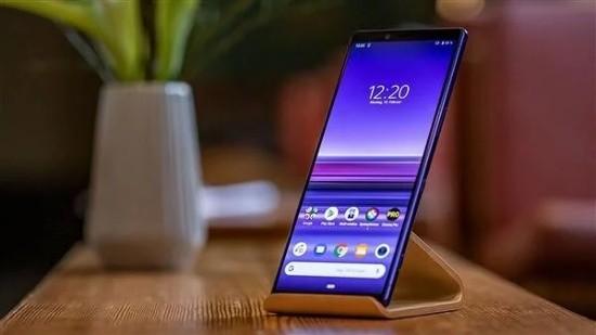 Theo đó Sony Xperia 1 thuộc phân khúc cao cấp với thiết kế khung kim loại nhôm và hai mặt là kính cường lực, nhưng máy có thiết kế thon gọn và dài do có màn hình thiết kế theo tỷ lệ khác thường 21:9. Điểm nhấn của thiết bị chính là màn hình lớn độ phân giải cực cao 4K HDR (cao nhất trên smartphone hiện nay).