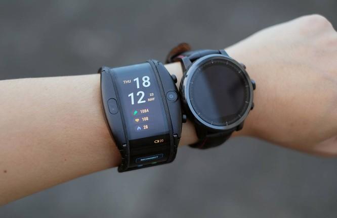Nubia Alpha có kích thước khá lớn khi đeo trên tay. Trọng lượng của máy cũng gần gấp đôi một mẫu sportwatch khác bên cạnh của Amazfit. Tuy nhiên, cảm giác đeo vẫn khá tốt, có độ ôm tay, không bị cấn dù hơi nặng. Sản phẩm không thực sự phù hợp với người dùng Việt do cổ tay nhỏ. Người dùng là nữ giới gần như không thể sử dụng chiếc đồng hồ này một cách bình thường.