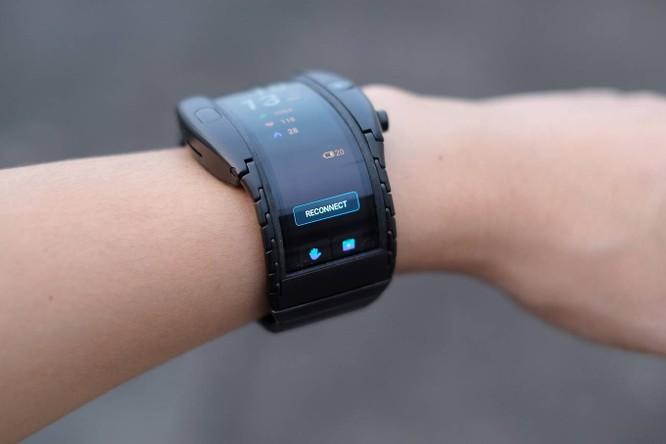 Phần viền màn hình cong tràn sang hai bên cạnh. Tổng thể thiết kế của Nubia Alpha hơi thô, thiếu đi các nét mềm mại cần thiết. Nhà sản xuất có dán sẵn một lớp bảo vệ màn hình. Máy được trang bị bộ xử lý dành cho smartwatch là Snapdragon Wear 2100, 1 GB RAM và bộ nhớ trong 8 GB. Pin đi kèm dung lượng 500 mAh và được Nubia hứa hẹn có thể dùng một đến hai ngày với nhu cầu cơ bản.