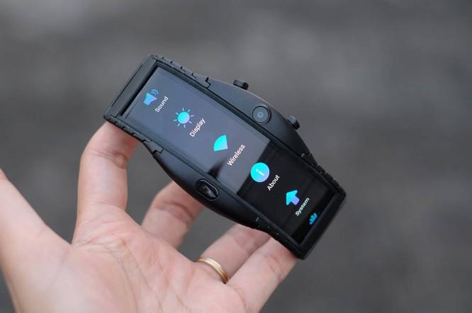 Tại thị trường quốc tế, Nubia Alpha giá 510 USD cho bản kết nối Bluetooth, trong khi đó bản hỗ trợ eSIM có giá từ 624 USD. Model nhập về Việt Nam chỉ có kết nối Bluetooth giá 10 triệu đồng.