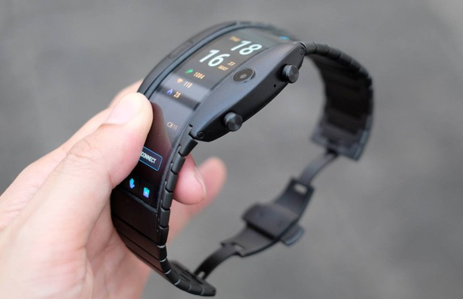 Hai phím cứng ở cạnh bên đều có thể xoay và bấm để tùy chọn tính năng khá dễ dàng. Ngay bên cạnh là micro cho đàm thoại. Nubia Alpha có hai phiên bản với một chỉ có kết nối Bluetooth, hoạt động đi kèm điện thoại và một đi kèm eSIM có thể hoạt động độc lập nhưng mới chỉ dùng được ở Trung Quốc.
