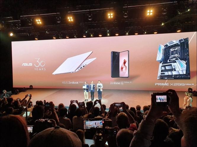 Các CEO của Asus cầm trên tay bộ 3 sản phẩm kỷ niệm 30 năm của công ty, gồm máy tính xách tay Asus Zenbook, điện thoại Zenfone 6, bo mạch Prime X299.
