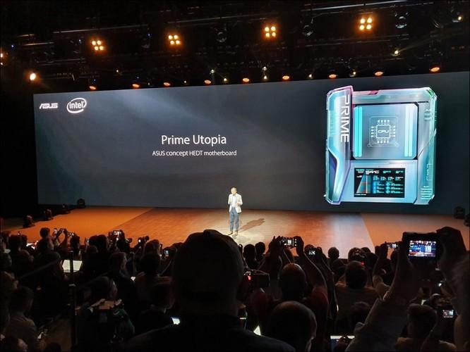 Một trong các CEO của Asus giới thiệu về concept Prime Utopia, chiếc bo mạch cực kỳ mạnh mẽ có tích hợp màn hình LCD điều khiển.