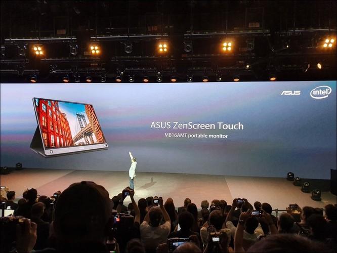 Đại diện Asus giới thiệu chiếc màn hình Zéncreen Touch, chiếc màn hình cảm ứng có thể kết nối điện thoại.