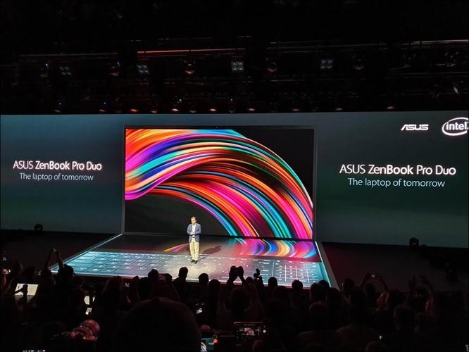 Ông Samson Hu, đồng CEO Asus, giới thiệu chiếc Asus Duo Pro với hai màn hình.