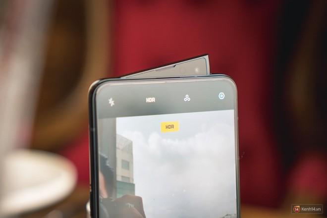 Bạn đã từng thấy kiểu camera thò thụt lạ đời vậy chưa? Oppo Reno đang là sản phẩm đầu tiên có thiết kế độc đáo này đấy.