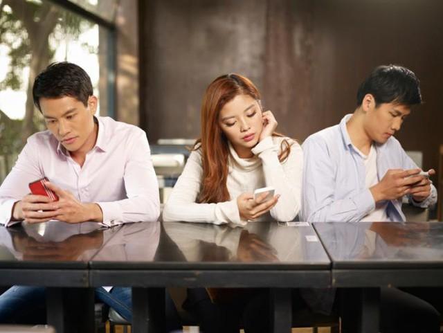 Thói quen sử dụng smartphone trong sinh hoạt hàng ngày gây nên tình trạng khô mắt.