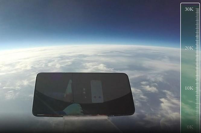 Điện thoại bay đến độ cao 30 km. Ảnh: Digital Trends.
