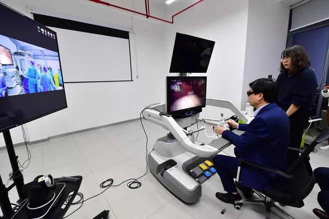 Một bác sĩ Trung Quốc trình diễn phẫu thuật nội soi thông qua mạng 5G và robot điều khiển từ xa