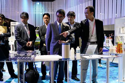 Bộ trưởng Ngoại giao Nhật Bản Taro Kano (giữa) tại Trung tâm Triển lãm Quốc tế Osaka. Ảnh: SCMP.
