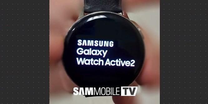 Theo SamMobile, ảnh thực tế của Galaxy Watch Active 2 vừa rò rỉ thiết kế quen thuộc tương tự như người tiền nhiệm, loại bỏ viền xoay đặc trưng. Một trong những khác biệt nhỏ là dãy loa được đặt bên trái và phím nguồn màu đỏ đặt bên phải, tương tự như phiên bản eSIM của Apple Watch.