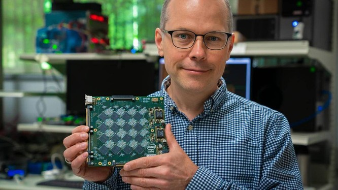 Mỗi bản mạch Nahuku sẽ chứa 16 con chip Loihi nhỏ này.