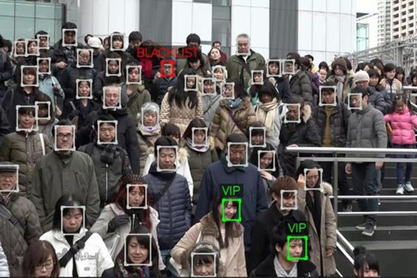 Việc sử dụng công nghệ nhận diện khuôn mặt theo thời gian thực để phân loại và truy vấn thông tin được nhiều quốc gia xem là hành động vi phạm quyền riêng tư của người dùng