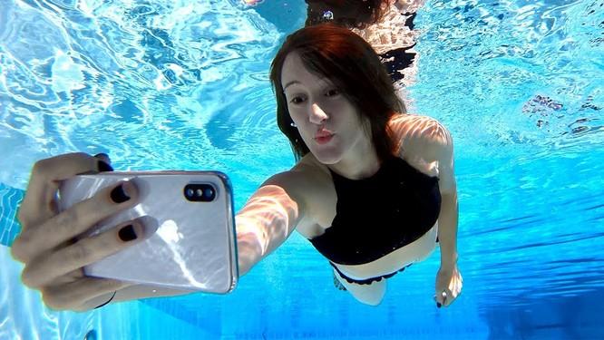 """iPhone X """"siêu bền"""": Vẫn sống khỏe dưới hồ sau 2 ngày! ảnh 1"""