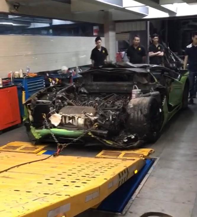 Chiếc xe được mang đi sửa chữa (Ảnh: FBNV)