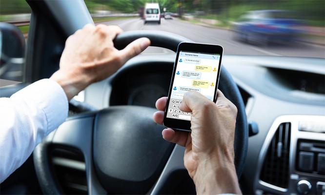 Sử dụng điện thoại di động khi đang lái xe là hành vi bị cấm. Ảnh: 123RF