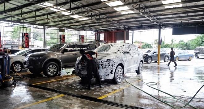 Rửa xe dịp Tết - giá tăng lại đông khiến nhiều chủ xe lo ngại.