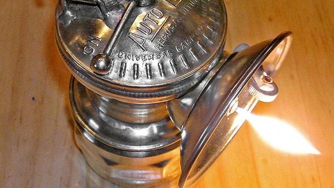 Lịch sử trăm năm của những chiếc đèn pha ô tô ảnh 2