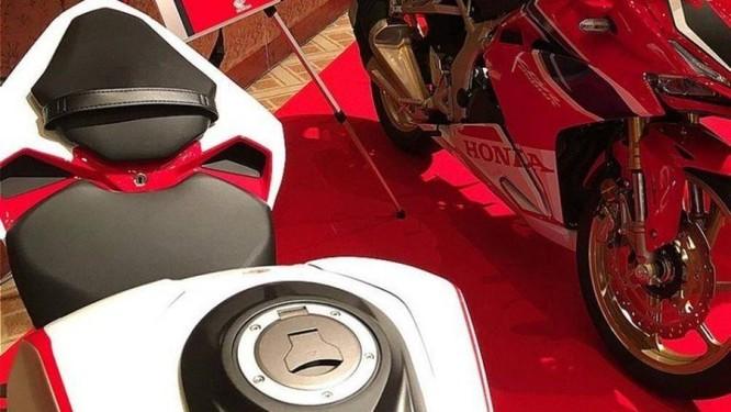 Nắp bình xăng và yên của Honda CBR250RR 2020
