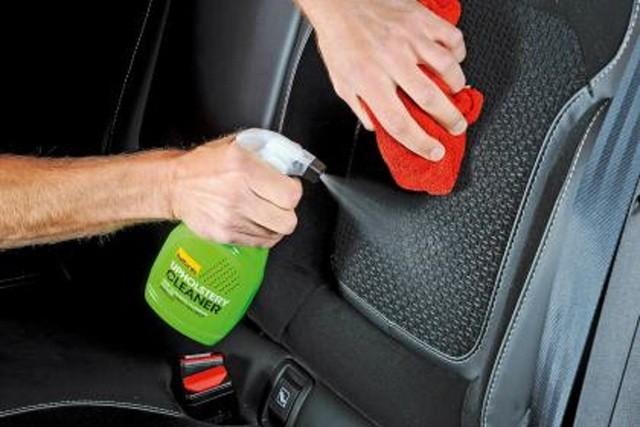 Nên nhớ lau chùi ghế ngồi và thảm lót sàn thường xuyên. Ảnh: Auto Express