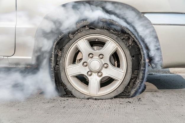 Xe có thể nổ lốp nếu lốp quá mòn.