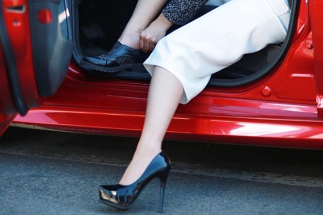 Đôi giày cao gót làm tôn thêm vẻ đẹp cho chị em nhưng dùng nó khi lái xe thì nó mang một ý nghĩa khác