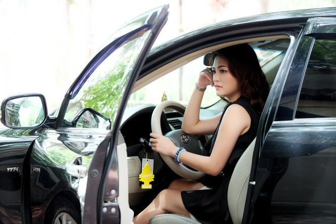 Mặc váy khi lái xe cũng tiềm ẩn nhiều nguy cơ mất an toàn