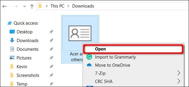 Theo mặc định, tệp VCF khi tải về sẽ được lưu trong thư mục Downloads trong máy tính. Hãy chuột phải vào tệp và chọn Open.