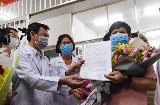 Và sau đó ông nhận giấy xuất viện từ tay của Giám đốc Bệnh viện Chợ Rẫy Nguyễn Tri Thức - Ảnh: DUYÊN PHAN