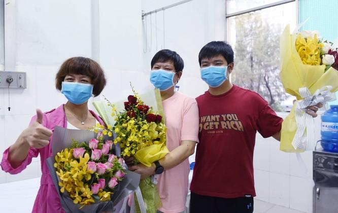 Suốt những ngày điều trị ở Bệnh viện Chợ Rẫy, ông Li Ding nói rằng bản thân mình và con trai được các bác sĩ chăm sóc rất tận tình. Những cử chỉ, hành động ân cần vì người bệnh của các nhân viên y tế khiến ông xúc động và sẽ nhớ mãi...- Ảnh: DUYÊN PHAN
