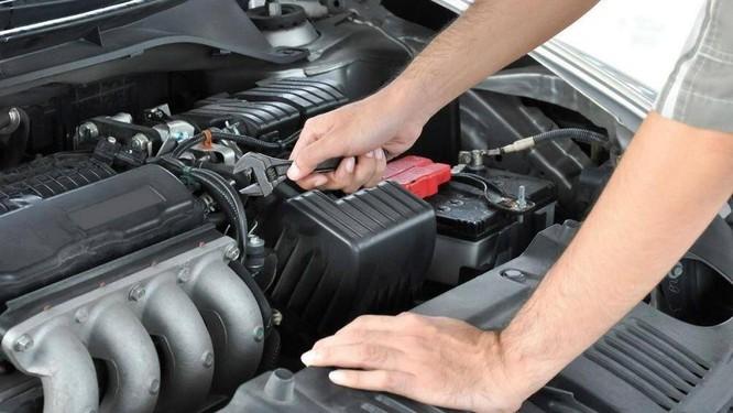 Không đi bảo dưỡng xe thường xuyên sẽ không biết được mức dung dịch trong bình còn nhiều không, bề mặt và các cực của bình có còn trắng và sạch không