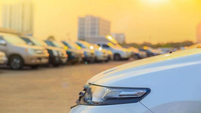Để xe ngoài trời nắng quá lâu sẽ khiến ắc quy ô tô bị nóng lên rất nhiều