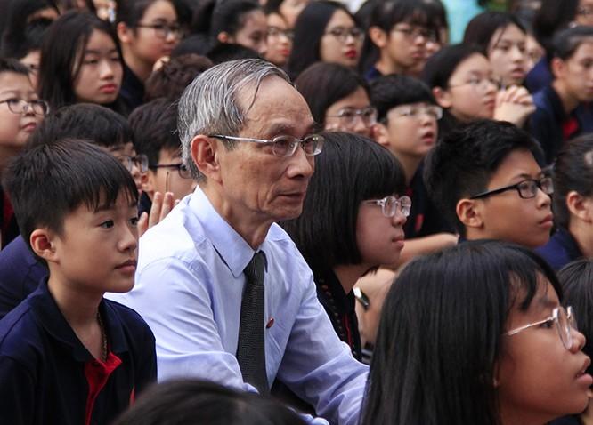 Thầy Nguyễn Xuân Khang ngồi cùng học sinh trong lễ khai giảng năm học 2019-2020. Ảnh: Dương Tâm