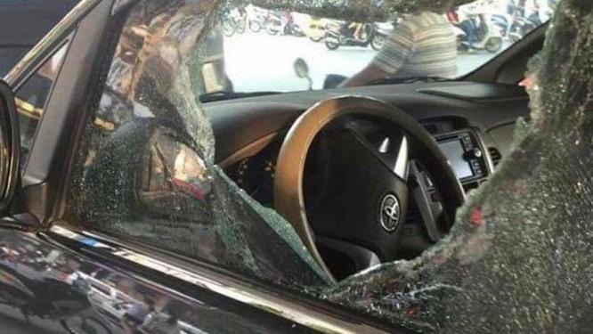 Một chiếc xe Toyota bị đối tượng phá kính