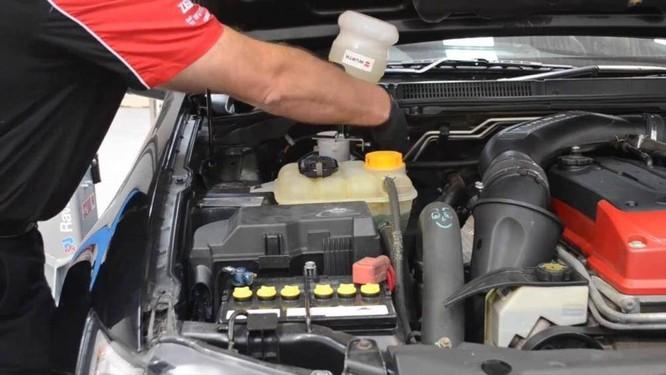 Chỉ một lỗ rò rỉ nhỏ trên ống dẫn dầu phanh cũng có thể khiến toàn bộ lượng dầu phanh của xe chảy hết xuống đường và làm chiếc xe bị mất phanh hoàn toàn