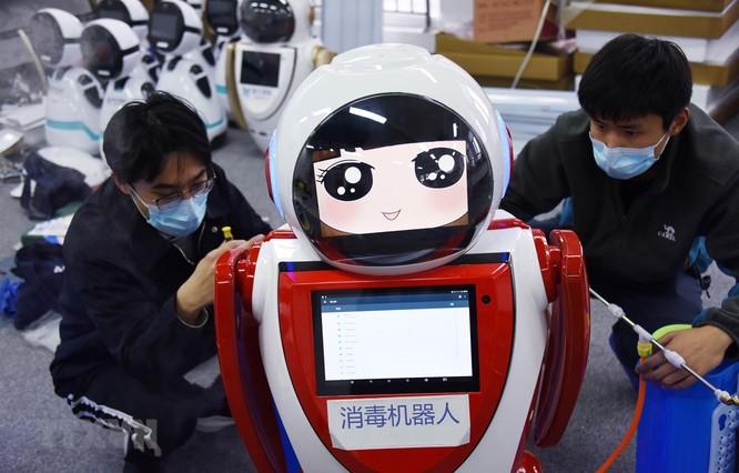 Theo nhà phát triển người máy, loại robot này có thể kiểm tra thân nhiệt của 10 người một lúc. Hình ảnh có độ phân giải cao của những người có nhiệt độ cao bất thường có thể được chụp lại ngay lập tức và gửi cho nhà chức trách. Đáng chú ý, robot này còn có thể theo dõi đồng thời 32 mục tiêu trong khi làm nhiệm vụ. Được tích hợp các công nghệ bao gồm 5G, điện toán đám mây và tầm nhìn thông minh, robot hiện đại này được Viện nghiên cứu sáng tạo Tô Châu thuộc Đại học Nam Kinh cùng Công ty truyền thông Tô Châu Trung Quốc và Smart Origin Robotics phối hợp phát triển. Một chuyên gia của viện nghiên cứu trên cho biết: