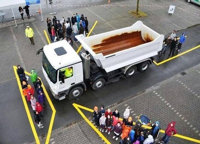 Việc nắm rõ kiến thức về những điểm mù của xe tải là điều vô cùng cần thiết để đảm bảo an toàn khi tham gia giao thông