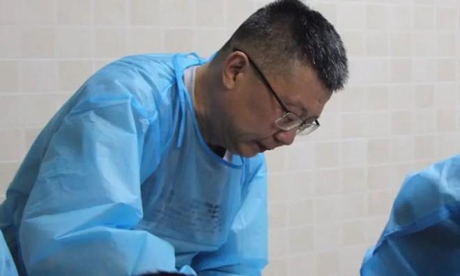 Lưu Lương là giáo sư tại Khoa Pháp Y của Đại học Đồng Tế, ở Thượng Hải.