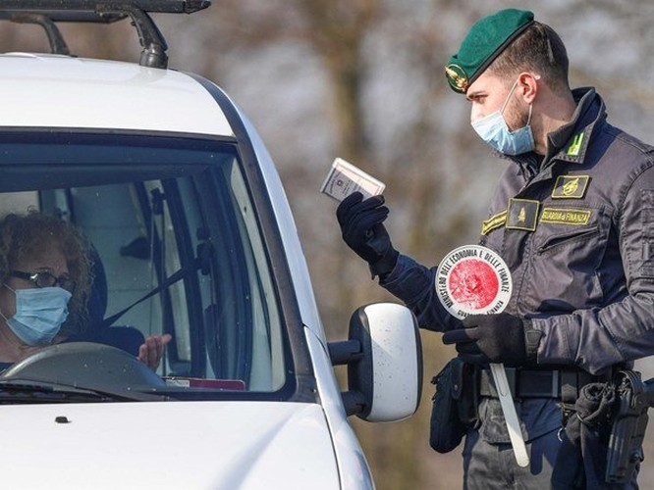 Kiểm tra sức khỏe tại một điểm kiểm soát ở Italy. Ảnh: AP.
