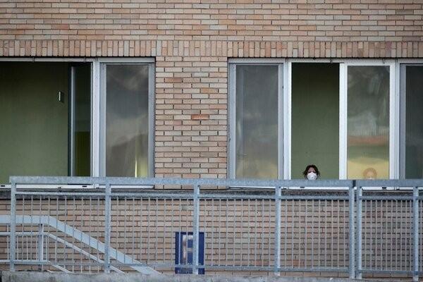 Một y tá tại bệnh viện Codogno nhiễm bệnh phải cách ly. Ảnh: AP.
