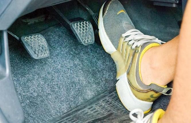 """Xe đang chạy bị kẹt chân ga, """"nỗi ác mộng"""" của cánh tài xế ô tô"""