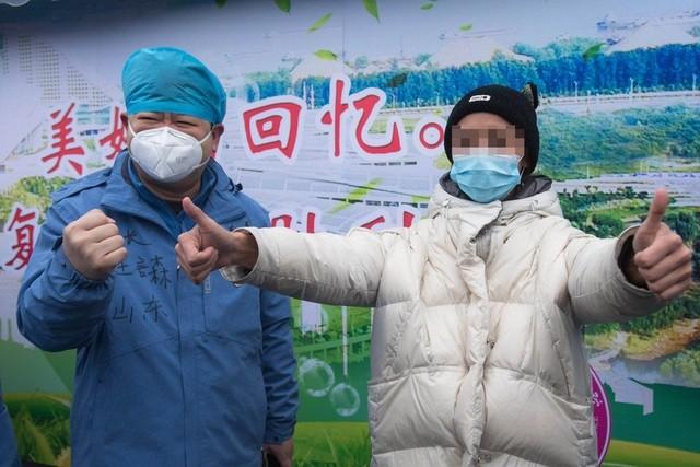 Một bệnh nhân được xuất viện ở Trung Quốc (Ảnh: Tân Hoa Xã)