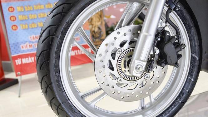 Với công nghệ ABS, xe sẽ không bị mất lực bám ngang, hạn chế hiện tượng khóa chặt bánh xe trước khi phanh đột ngột
