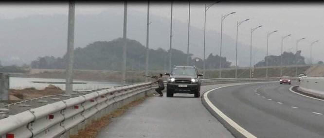 Nam tài xế dừng xe trên cao tốc để bắn chim.