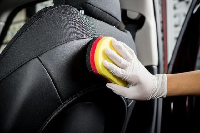 Nếu làm vệ sinh, khử trùng không đúng cách, bạn có thể làm hỏng một số bề mặt nội thất xe.