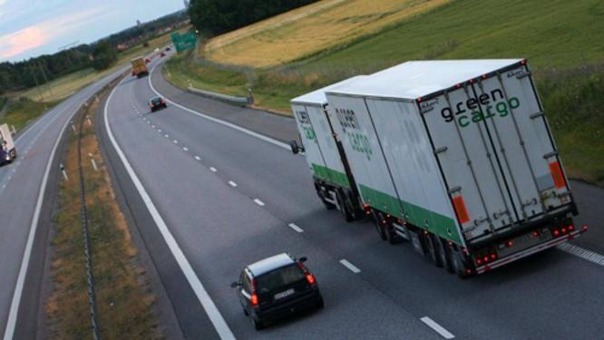 Xe containter cần tới 2 làn đường để vào cua, lúc này nếu xe đi sau vượt lên thì rất dễ gặp nguy hiểm